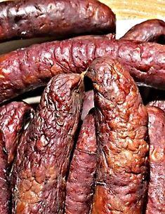 Klobásky připravené z proleželého libového hovězího zadního masa, čerstvé vepřové plece bez kůže, bůčku bez kůže, hovězího vývaru, česneku a koření, natlačené do sdíraných vepřových střev, potom vyuzené. Smoking Meat, Food 52, Chorizo, Sausage, Food And Drink, Beef, Cooking, Tattoos, Tatuajes
