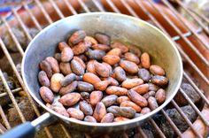 Si sois amantes del cacao como nosotras, este post de Sanitum os dará seguro una alegría. Y qué mejor que descubrir sus beneficios para la salud mientras disfrutamos de una pastilla de buen chocolate negro ;).