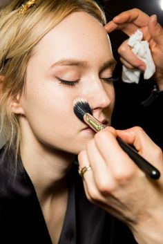 Dolce & Gabbana Fall 2015 Ready-to-Wear Fashion Show Procter And Gamble, Fashion Show, Fashion Design, Makeup Trends, Fall 2015, Ready To Wear, Pretty, How To Wear, Beauty