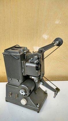 Klassieke 16mm projector - Specto - Type A  Prachtige vintage projector voor 16mm film gemaakt door het engelse bedrijf Specto. Zie de fotos voor de specificaties en het serienummer. Helaas heb ik de kabel er niet bij dus kan ik niks over de werking garanderen dus verkoop ik het bij deze als sierobject. Een mooi stuk filmgeschiedenisAfmetingen: 30 x 20 x 30cmWordt verzonden via Postnl binnen de EU daarbuiten maak ik gebruik van DHL. Ophalen in Hilversum op afspraak mogelijk.  EUR 1.00  Meer…