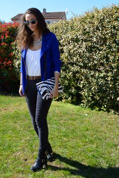 Veste bleu électrique et pochette zèbre