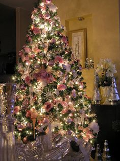Pink decorated Christmas tree- this is exactly the way my mother has done ours since i was little <3