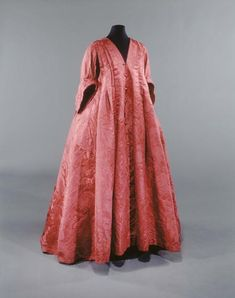 Drop the was it slightly and the same colour - Robe Volante Musée Galliera de la Mode de la Ville deParis 18th Century Dress, 18th Century Costume, 18th Century Clothing, 18th Century Fashion, Vintage Outfits, Vintage Dresses, Vintage Fashion, Historical Costume, Historical Clothing