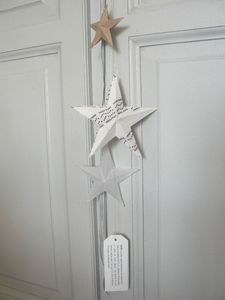 DIY Christmas guirlande- in another language but I think I can figure it out :) Diy Christmas Garland, Noel Christmas, Christmas Images, All Things Christmas, Handmade Christmas, Christmas Decorations, Star Garland, Diy Holiday Gifts, Holiday Crafts