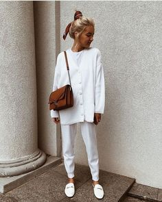 Inspired by this all-white winter outfit! Especially loving the pop of colour from the tan leather bag and the silk head scarf Boho Outfits, White Outfits, Summer Outfits, Fashion Outfits, Womens Fashion, Fashion Tips, Fashion 2020, Look Fashion, Guy Fashion