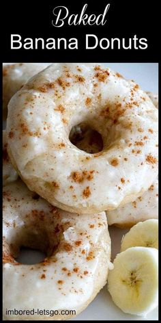 Baked Banana Donuts with a simple powdered sugar glaze and sprinkle of cinnamon. Make them with Pampered Chef's Donut Baking Pan and they'll bake and pop out like a dream! Brownie Desserts, Oreo Dessert, Köstliche Desserts, Dessert Recipes, Plated Desserts, Donut Pan Recipe, Mini Donut Recipes, Amish Donuts Recipe, Doughnut Pan