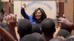 Image copyright                  Eldson Chagara                  Image caption                                      Natasha pasa tiempo con niñas de escuelas públicas para compartir con ellas sus experiencias.                                En julio, la BBC escribió sobre un hombre de Malawi que cobraba por mantener relaciones sexuales con chicas jóvenes de