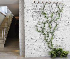 Frédéric Malphettes est né à Saint-Germain-en-Laye en 1979, il vit et travaille à Paris. Après un diplôme en design et architecture d'intérieur à L'Ecole B