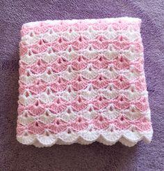 Rosa e bianco crocheted shell punto Baby Blanket è mostrato. Colori aggiuntivi disponibili. Rosa e blu sono attualmente disponibili per la spedizione. Per altri colori o dimensioni, si prega di consentire 1 settimana per la selezione del colore da fare. La coperta misura