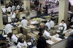 Поскольку московские рынки с маниакально-шизофреническим упорством закрывают, то давайте посмотрим на них хотя бы на снимках. Фото 1981 г. В. Шульца. Центральный рынок. Центральный рынок (закрыт, потом снесён) Фото 1983 г. Мой любимый рынок был. В детстве с мамой или бабушкой туда по выходным часто…