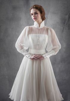 18 Vintage-Inspired Puff Sleeve Wedding Dresses That Make A Timeless Statement! Gowns With Sleeves, Wedding Dress Sleeves, Simple Dresses, Pretty Dresses, Vintage Outfits, Vintage Fashion, Vintage Inspiriert, Designer Wedding Gowns, Prom Dresses