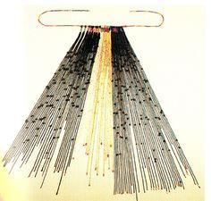 """<em>Quipu</em> policromo. Algodón, fibra de camélido y pelo  humano. Probablemente, Wari (500 – 1000 d.C.), Costa Central Andina. Museo  Banco Central de Reserva del Perú, N°3568. Fotografía, Denise Okuyamaguchi. Este <em>quipu</em> con solo Nudos Largos y sin  ordenamiento decimal podría ser """"narrativo"""". Sus cordeles embarrilados con  hilos teñidos y la ausencia de cordeles subsidiarios, apoyarían esta hipótesis. Es notable en este <em>quipu</em> el uso de pelo humano para fabricar la…"""