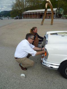 Fahrer und Co-Pilotin Simone Richter beim designen ihres Rallye Fahrzeuges