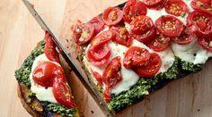 La mozza est sortie gagnante haut la main de notre dernière battlefood face à sa cousine la burrata avec 58% des votes… On a donc une nouvelle fois fouillé internet, et un peu plus pour vous sortir la « crème de la crème » des recettes à la mozzarella. Au programme aujourd'hui, un repas tout mozza : de l'apéro au dessert ! Pour débuter, un vous propose un apéro frais & gourmand à la fois : Mozzarella Chèvre Basilic et Huile d'olive, proposé par Manu, où vous trouverez une description étape…
