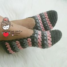 Greetings 🙋 How's your weekend going 😊 I don't have a different situation. – Knitting News Diy Crochet Slippers, Crochet Boots, Crochet Baby Booties, Crochet Clothes, Diy Crafts Crochet, Cute Crochet, Crochet Projects, Knit Crochet, Crochet Slipper Pattern