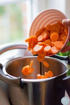 Karottenscheiben fallen in den Mixtopf des Thermomix
