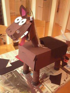Paard gemaakt van een schoenendoos, eierdoos en wc-rolletjes.