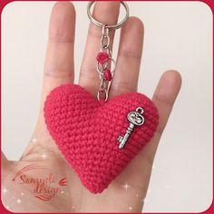 Heart Keychain Free Pattern Ingredients Yarn: Gazzal Baby Cotton & Kartopu Organica mm crochet hook Some fiber . Crochet Amigurumi Free Patterns, Baby Knitting Patterns, Crochet Motif, Crochet Hooks, Crochet Flower Tutorial, Crochet Keychain, Crochet Stars, Knitted Dolls, Heart Patterns