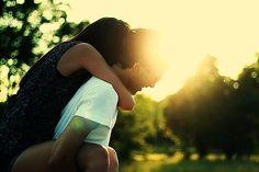 Os casais bonitos são aqueles que acima de namorados, são amigos. Brincam, brigam, tiram sarro um do outro, se mordem, beliscam, mas se amam de um jeito que nenhuma pessoa do mundo consegue duvidar. Amor não é só beijos e amassos. Amor é cuidado, amor é carinho, amor também é amizade.