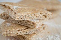 El pan pita es un pan muy saludable y rico que se utiliza en muchas cocinas del mediterráneo oriental y del cercano oriente. Es una alternativa más sana al pan de sandwich ya que también podemos rellenarlo de lo que más nos guste. Nuestra versión es integral pero también está delicioso si se hace con...Sigue leyendo »