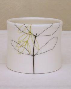 Swedish ceramicist Karin Eriksson Faire un tube et mettre fleurs de chaque côté