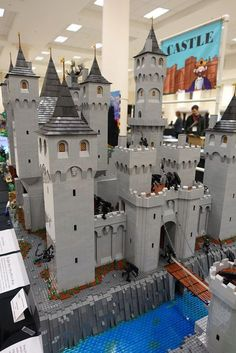 Another impressive LEGO structure - what a cool castle! (I wonder how long it took to make it! Lego Castle, Chateau Lego, Lego Burg, Lego Structures, Lego Furniture, Lego Knights, Amazing Lego Creations, Brick Loft, Lego Mecha