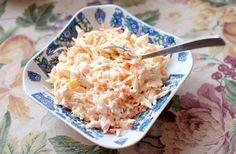 Ett enkelt recept på coleslaw - en krämig vitkålssallad som blir klar på 10 minuter. Den passar perfekt till grillat kött, kyckling, pulled pork och hamburgare.