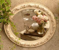 """Cadre oval à ornement végétal du XIXe de style """"espagnol"""", restauré et transformé en miroir, patiné à l'ancienne dans les tons ivoire, laissant quelques dorures apparaitre e - 17895345"""