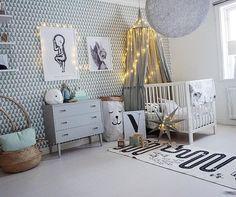 Duży szary pokój dla dziecka ze świątecznymi dekoracjami