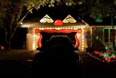 Scary halloween garage door, this would scare the crap out of Kyle. Halloween Circus, Theme Halloween, Halloween 2013, Halloween Images, Outdoor Halloween, Halloween Horror, Holidays Halloween, Baby Halloween, Halloween Decorations
