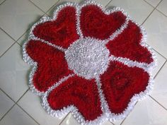 Resultado de imagem para tapetes retalhos malha passo a passo Baby Blanket Crochet, Crochet Baby, Seminole Patchwork, Pom Pom Rug, Flower Wall Backdrop, Sewing Projects, Projects To Try, Shag Rug, Diy And Crafts
