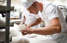 Traditioneel gebakken brood uit Brugge, gemaakt met 100% natuurlijke ingrediënten en een rijsproces van minimum 24u voor de beste smaak. Het zijn tijd, vakkennis en veel liefde die het verschil maken!