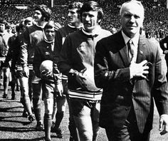Bill Shankly leads out his Liverpool side for their 1971 FA Cup Final against Arsenal at Wembley Liverpool Legends, Liverpool Fans, Liverpool Home, Liverpool Football Club, Liverpool Fc Website, Bill Shankly, Best Football Team, Football Cards, Culture