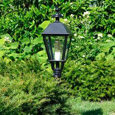 Stijlvolle tuinverlichting van KS Verlichting. Deze klassieker de Brighton heeft een mooie bewerkte voet en een vierkant vormgegeven lantaarnkap. Exclusieve luxe uitstraling. Tuinverlichting inspriratie vind je bij Nostalux.nl #tuinverlichting#buitenverlichting#tuinlampen#klassiek#stijlvol#Nostalux