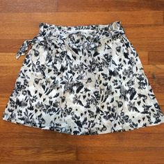 skirt / old navy This skirt is so cute! Ribbon belt that ties. Cute pattern. Great condition. Old Navy Skirts