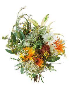 野草をそのまま束ねたかのような、野性味あふれるクラッチブーケ。(花材:ガーベラ、スカビオサ、ひまわり、ミモザ、ワックスフラワー、プロテア、エケベリア、ユーカリポポラス、イワナンテン)ブーケ¥32,000/...