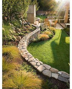 Leuk muurtje als afscheiding van een hoger en een lager gelegen stuk van de tuin. Best Gardening Gifts For All Occasions