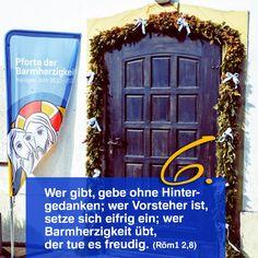 Zitat zum Advent aus der Bibel: Röm12,8, Kirchentüre:  St. Barbara Stuttgart-Hofen in Baden-Württemberg