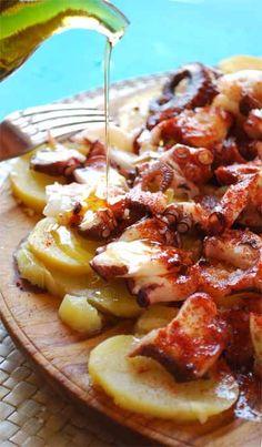 Se trata de un plato festivo elaborado con pulpo cocido entero servido normalmente como tapa, acompanado de patatas