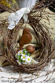 early spring decor : cut willows + bird bell + cluster of tiny daisies Easter Wreaths, Holiday Wreaths, Corn Husk Wreath, Easter Celebration, Diy Wreath, Wreath Ideas, Summer Wreath, Spring Crafts, Grape Vines