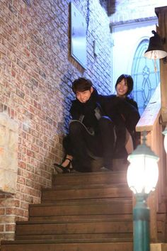Fans are delighted as KBS World has released a set of behind the scenes photos of their popular drama, Uncontrollably Fond. These actors and actresses show fans that they still have a good time while working hard on set! Many are seen here bundled up in w Korean Celebrities, Korean Actors, Uncontrollably Fond Kdrama, Suzy Drama, Dramas, W Kdrama, Parejas Goals Tumblr, Korean Tv Series, Moorim School