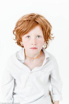 Une belle rousseur pour une jolie tignasse. Un effet lion et joyeusement foufou pour cette coiffure de petit garçon très sympa !