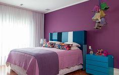 Sem medo de ousadia, a arquiteta Andrea Murao investiu na parede púrpura do quarto do casal. A cor aparece em outros objetos também