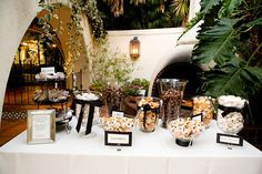 Have you ever thought about having a cookie buffet table at your wedding? Here is some inspiration for setting up a wedding cookie bar! Cookie Bar Wedding, Wedding Cookies, Wedding Desserts, Wedding Foods, Wedding Cake, Cookie Buffet, Cookie Table, Candy Buffet Tables, Dessert Buffet