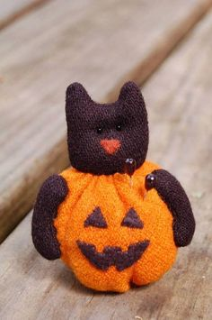 Primitive Wool Black Cat In Jack O Lantern Pincushion, Pinkeep