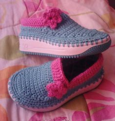 Resultado de imagen para zapatos tejidos Crochet Boot Cuffs, Crochet Boots, Crochet Slippers, Sock Shoes, Baby Shoes, Shoe Pattern, Slipper Boots, Crochet Videos, Knitwear