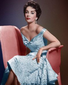 How beautiful was Elizabeth Taylor? Hollywood glamour at its finest! Hollywood Vintage, Old Hollywood Glamour, Golden Age Of Hollywood, Hollywood Stars, Classic Hollywood, Hollywood Couples, Glamour Vintage, Glamour Hollywoodien, Vintage Vogue