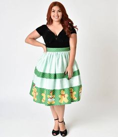 Fancy a confection worthy of a chase, darling? Fresh off the cookie sheet, this playful plus size 1950s style swing skirt from Unique Vintage is quite the delicious catch! Crafted in fabulous cotton, a soft mint background boasts faint ivory snowflakes wh