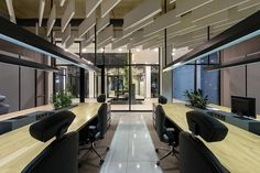 장식적인 요소를 줄인 간결한 디자인의 작은 생태계, VODOGRAY : 네이버 포스트 Corporate Style, Wall Bar, Acoustic Panels, Metal Shelves, Dark Shades, Brickwork, Lounge Areas, Atrium, The Office
