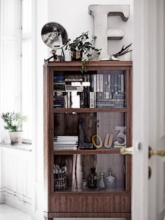 Kungsholmen apartment by Swedish Elle Interiör Mid Century Modern Bookcase, Style Cottage, Le Logis, Sweet Home, Black And White Interior, Black White, White Style, White Wood, Dark Wood
